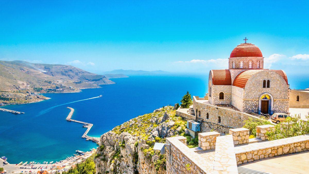 Kerk aan zee op Corfu, Griekenland