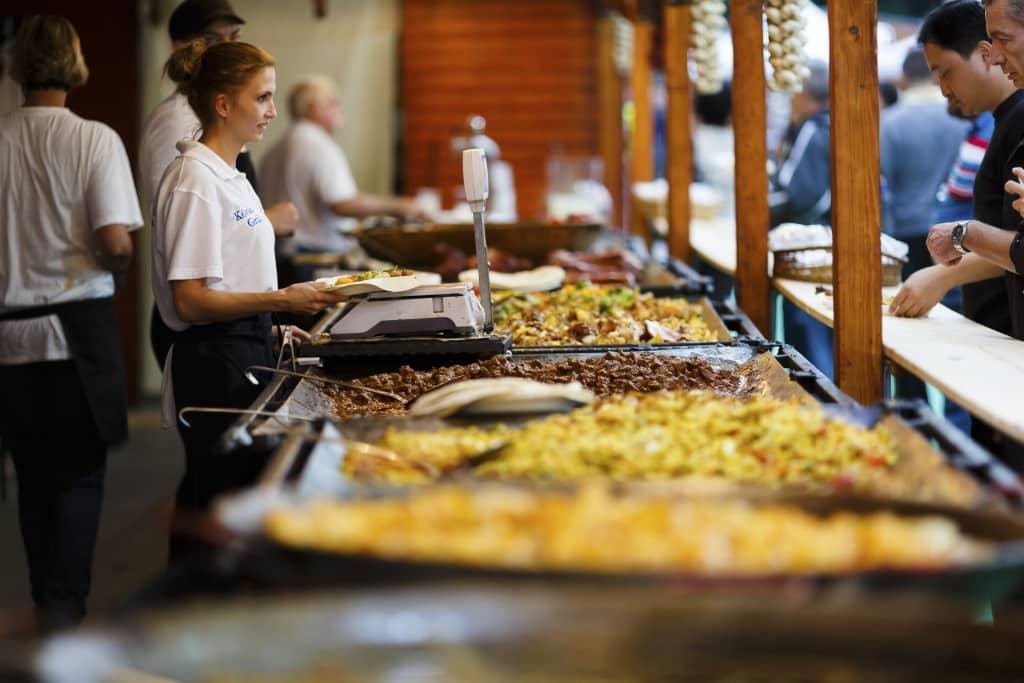 Eten in de markthal in Boedapest, Hongarije