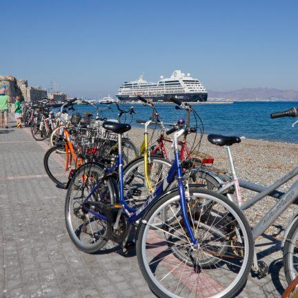 Fietsen langs de kade op Kos, Griekenland