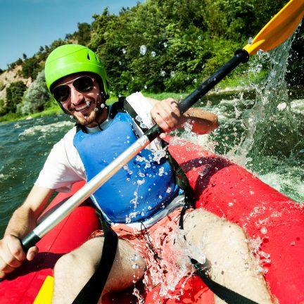 Raften met een kano over een rivier