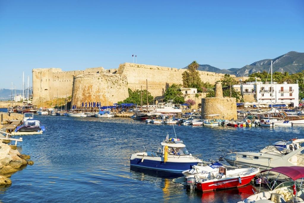Haven van Kyrenia met kasteel op Cyprus
