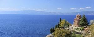 Het meer van Ohrid en de St. Jovan Kaneo kerk in Macedonië