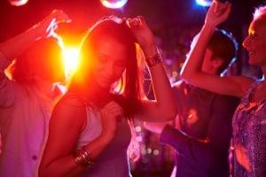 Vrouwen dansen in een discotheek