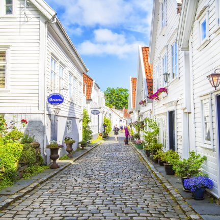 Straat met witte houten huizen in Gamle Stavanger, Noorwegen