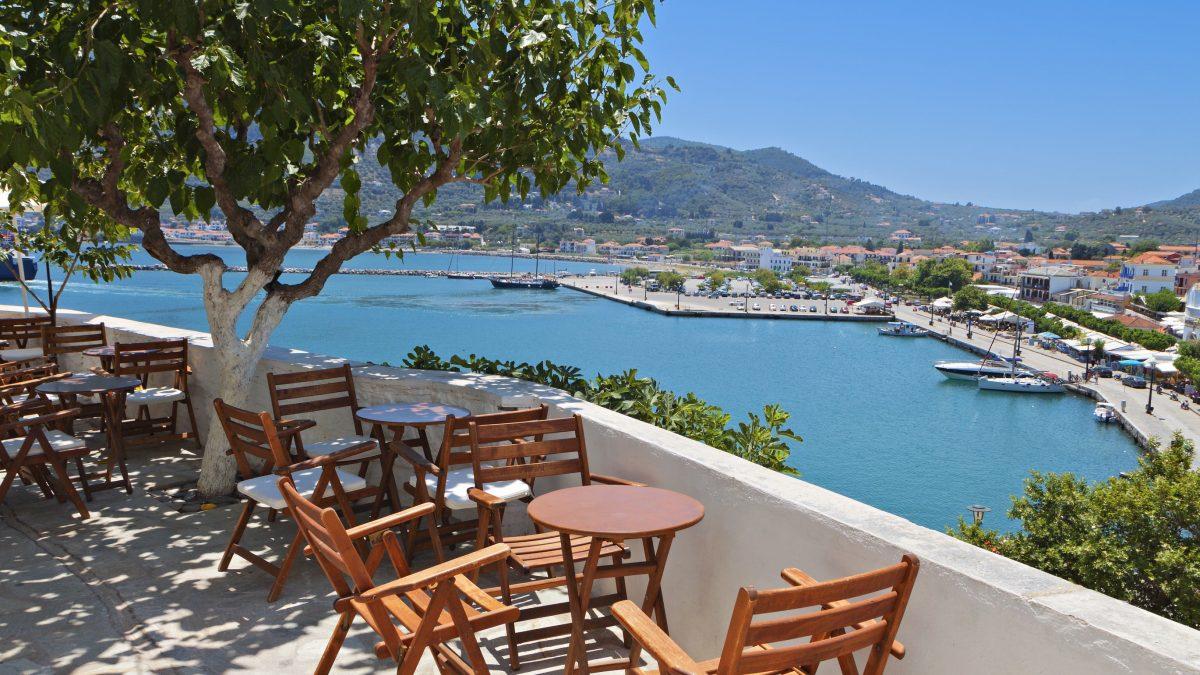 Terras met uitzicht op zee in Skopelos, Griekenland