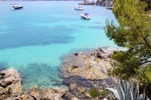 Boten in de zee bij Mallorca, Spanje