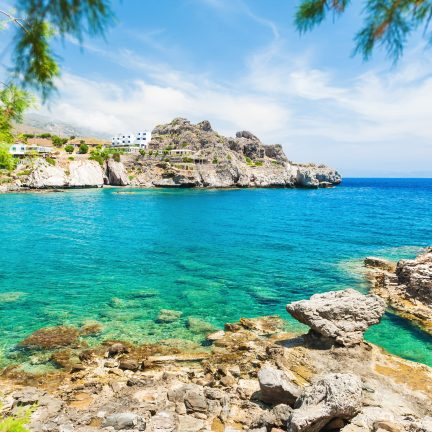 Zee met rotsen op Kreta, Griekenland