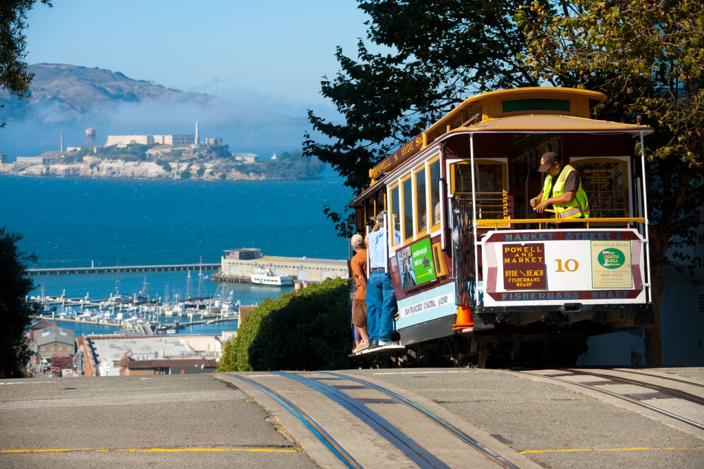 Een Cable Car met in de verte Alcatraz in San Francisco, Verenigde Staten