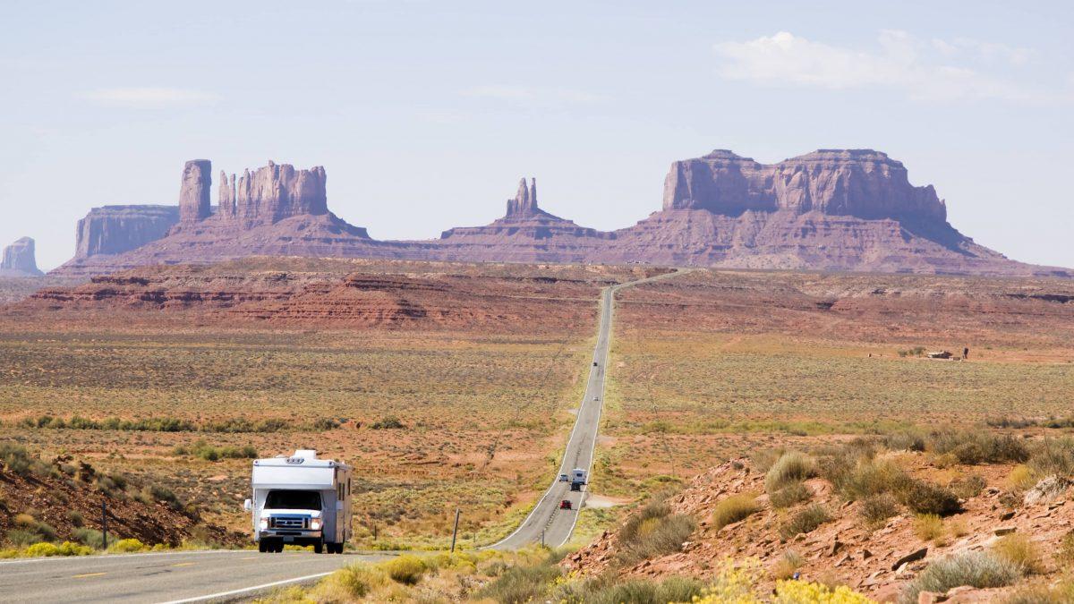 Camper rijdend bij Monument Valley, Verenigde Staten