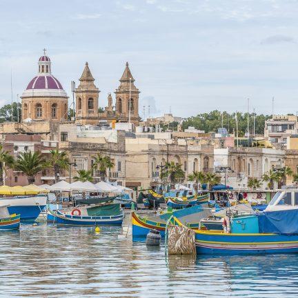 De haven van Marsaxlokk met gekleurde boten op Malta