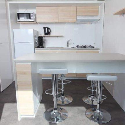 Keuken in chalet van Roompot Kustpark Egmond aan Zee