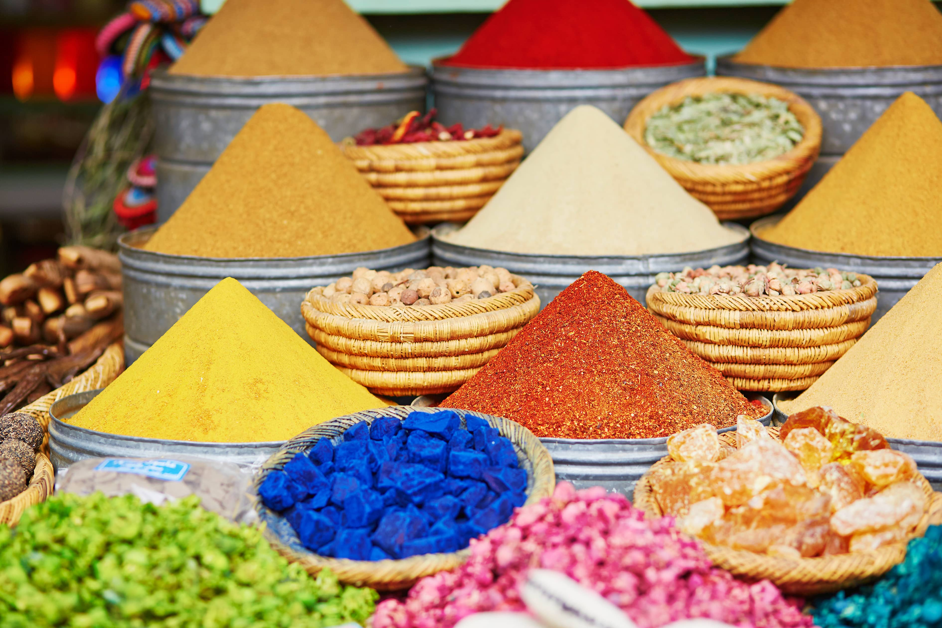 Kruiden en specerijen op een markt in Marrakech, Marokko