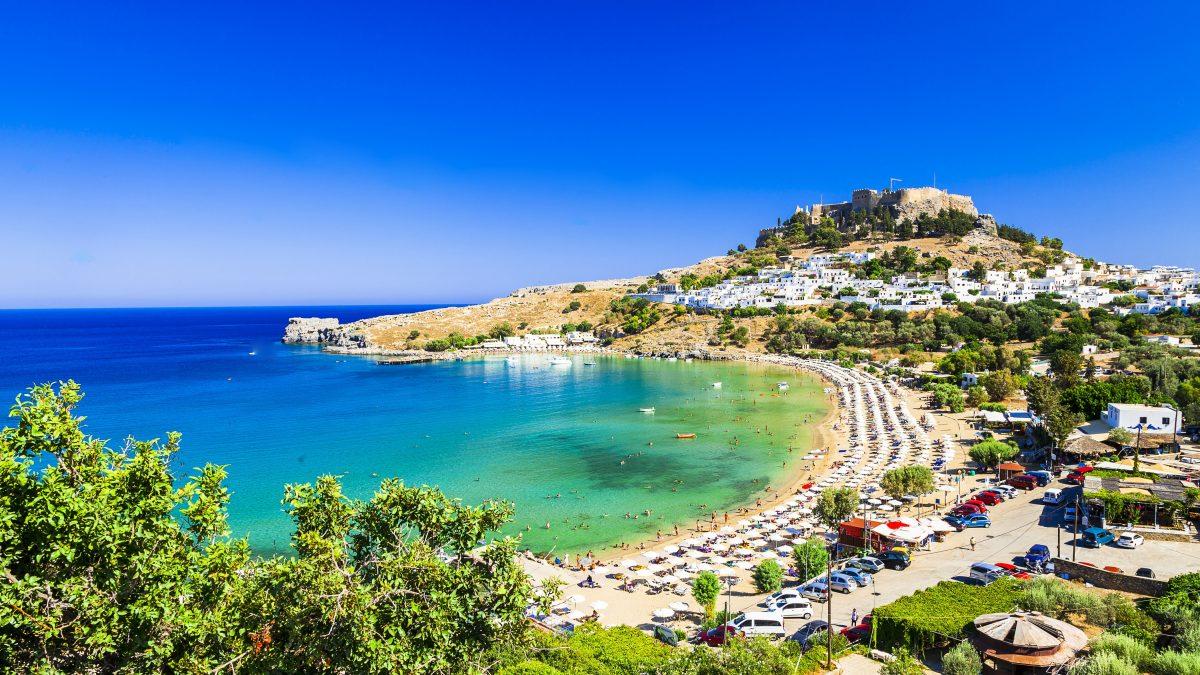 De Akropolis bij de baai van Lindos op Rhodos, Griekenland