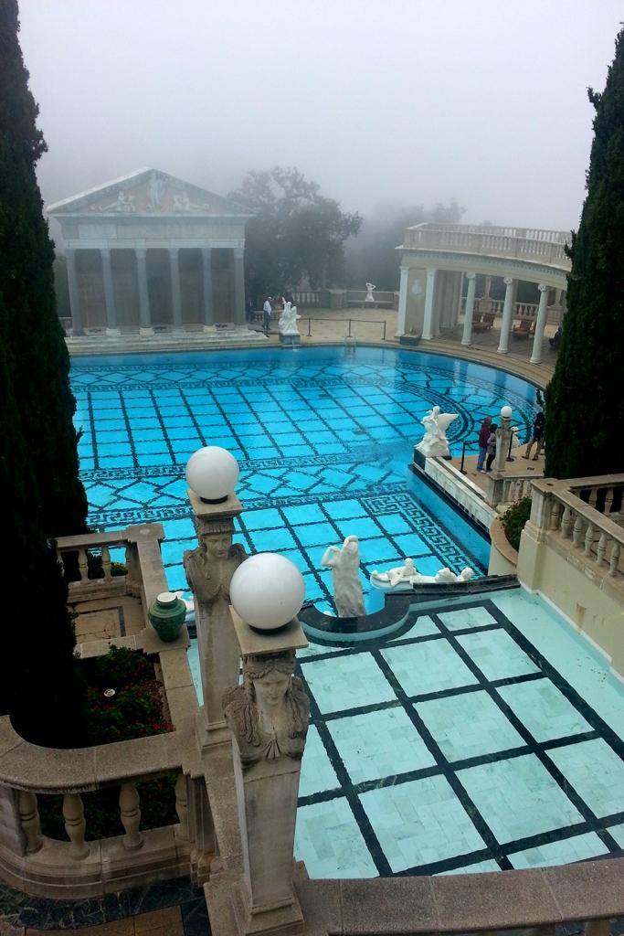 Mist bij het zwembad van Hearst Castle in de Verenigde Staten