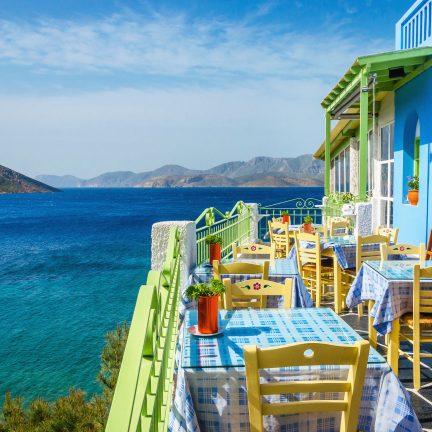 Grieks restaurant met uitkijk over zee op een Grieks eiland, Griekenland