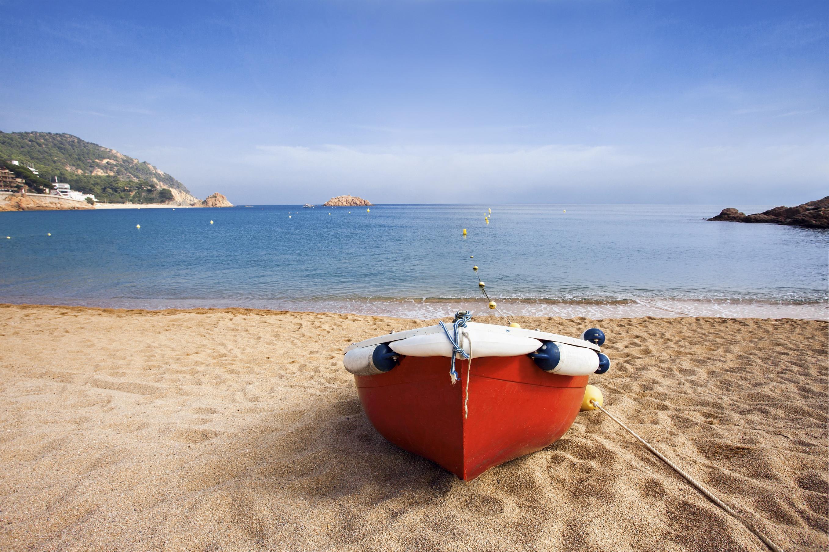 Boot op het strand van Lloret de Mar, Spanje