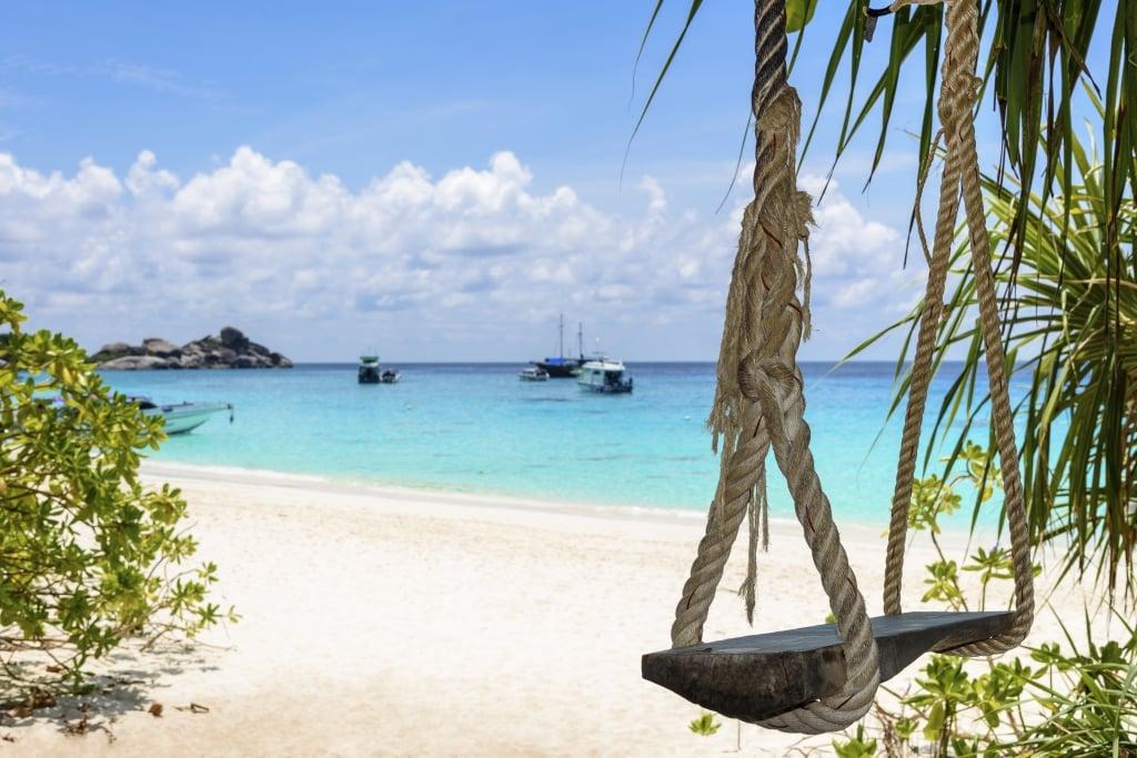 Schommelstoel aan het strand in Thailand