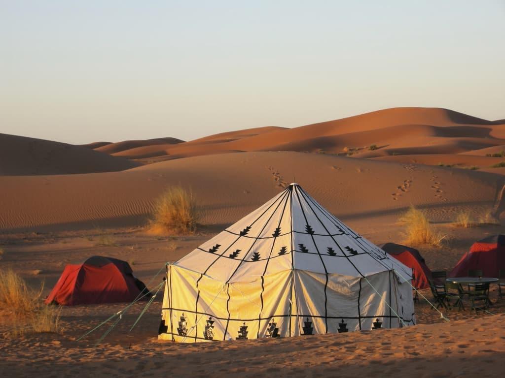 Een tent van de bedoeïen in de woestijn
