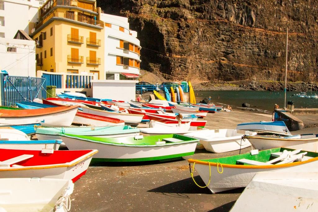 Vissersboten in de haven van Valle Gran Rey op La Gomera, Canarische Eilanden