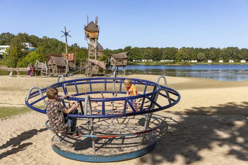 Waterplas en speeltuin van Roompot Vakantiepark Hunzedal