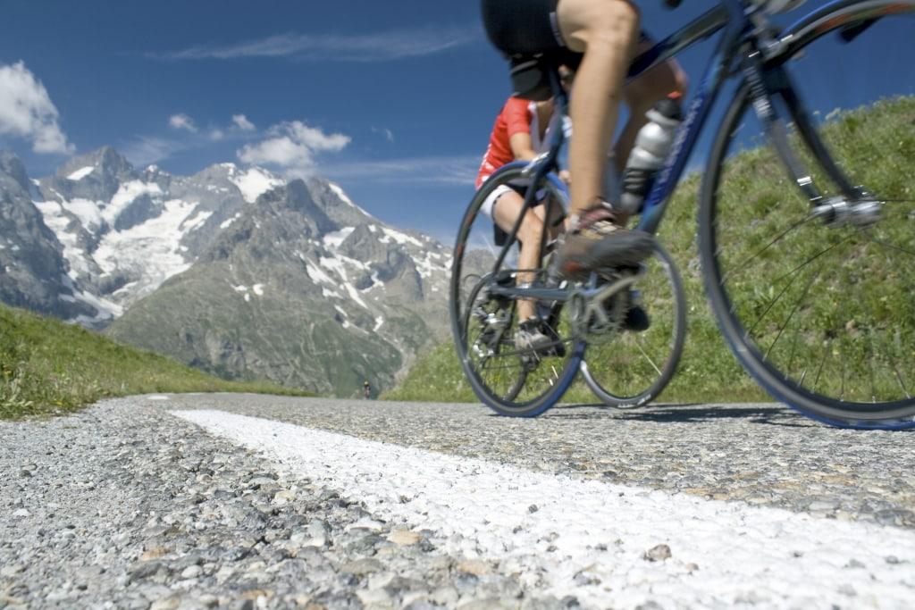 Wielrenners fietsen over de weg in de bergen