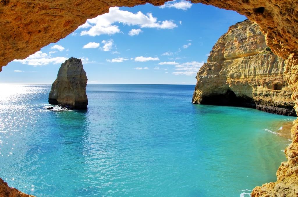 Rotsen bij de zee van de Algarve in Portugal