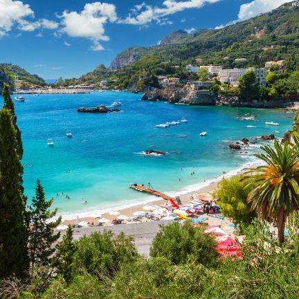 Blauwe zee en strand op Corfu