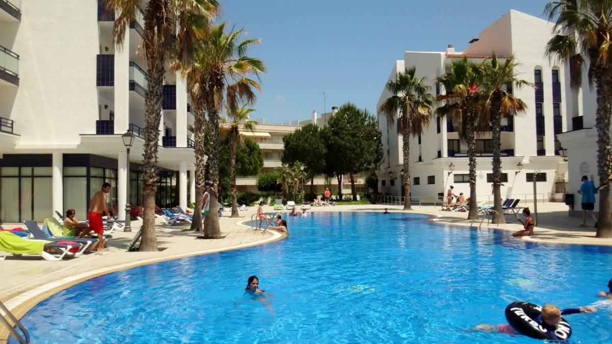 Appartementen en zwembad van Pins Platja in Cambrils, Costa Dorada, Spanje