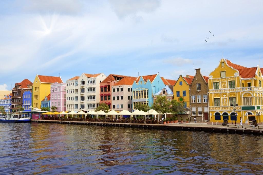 Gekleurde huizen in Willemstad, Curaçao