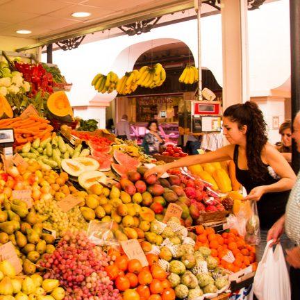 Man koopt fruit op de markt in Santa Cruz de Tenerife