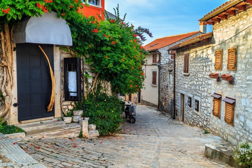 Middeleeuwse straat in Rovinj, Istrië, Kroatië