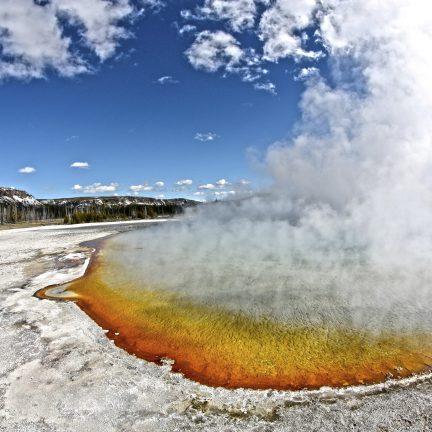 Rook uit hete bron in Rotorua, Nieuw-Zeeland