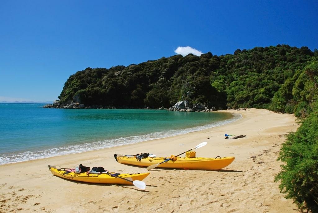 Twee kayaks op het strand in Abel Tasman Nationaal Park, Nieuw-Zeeland