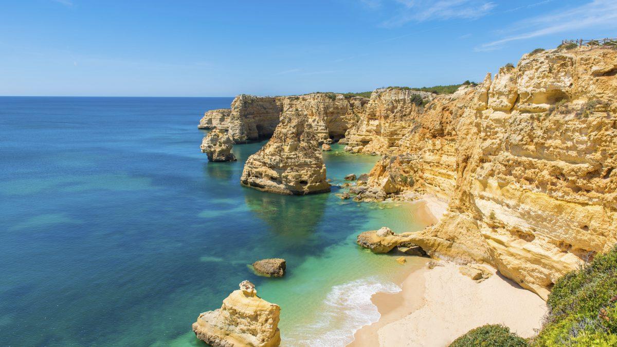strand zee rotsen albufeira portugal