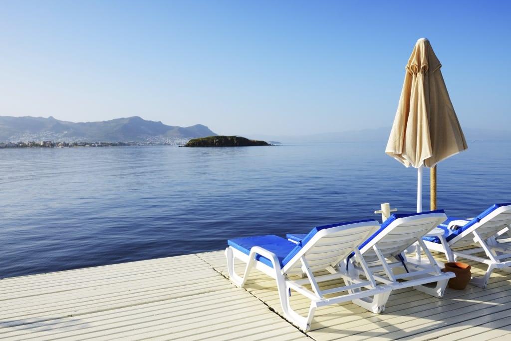 Strandstoelen op een pier aan zee in Turkije
