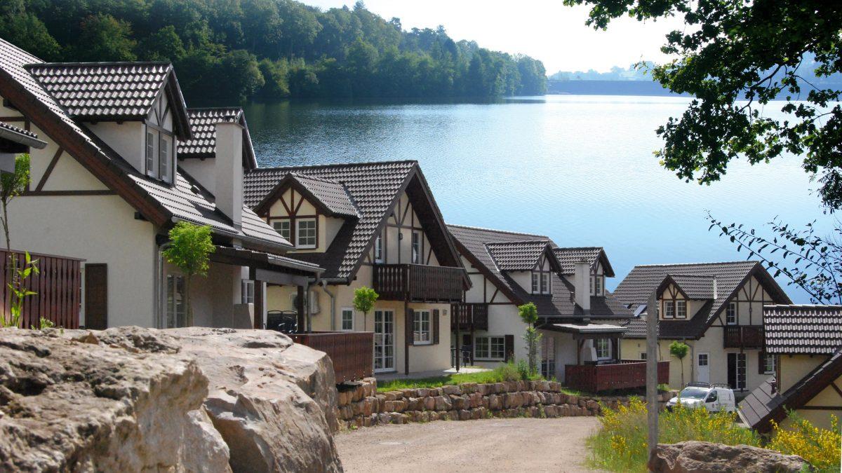Uitzicht over het meer en de huisjes in Eifelpark Kronenburger See, Duitsland