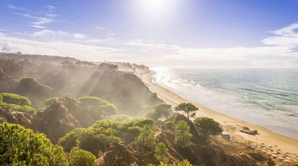 Rotsen en strand bij Praia Da Falesia in de Algarve, Portugal