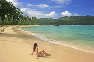 Vrouw op het strand van Samana op de Dominicaanse Republiek
