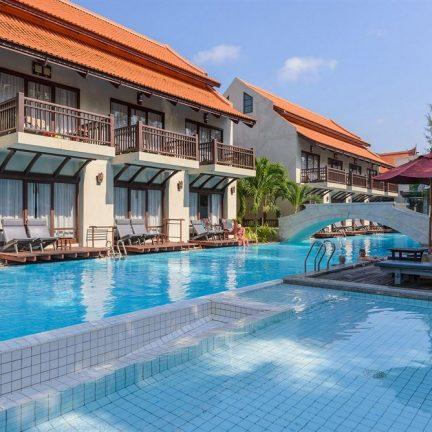 Zwembad en huisjes van Khao Lak Oriental Resort in Khao Lak, Thailand