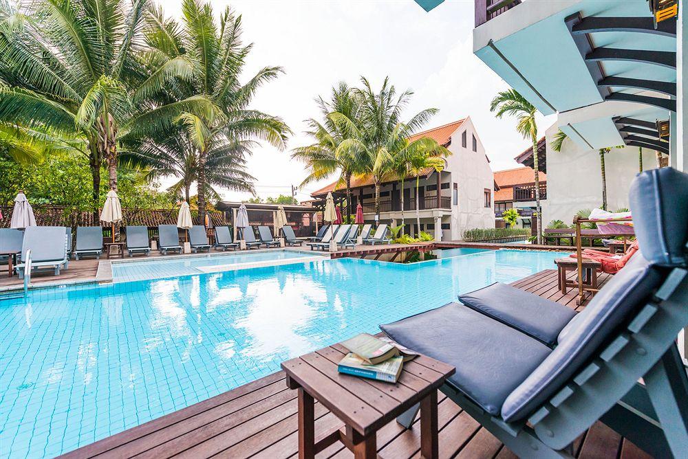 Zwembad en strandbedjes in Massage in Khao Lak Oriental Resort in Khao Lak, Thailand