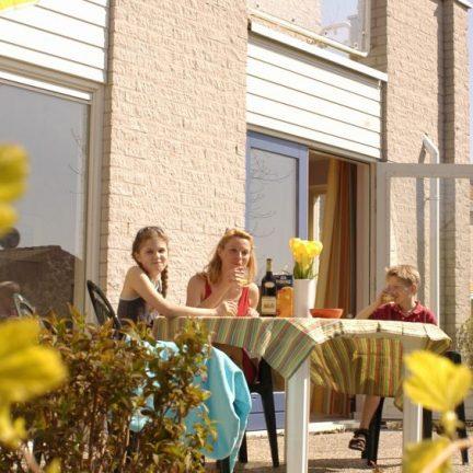 Terras van een bungalow van Roompot de Soeten Haert in Renesse, Zeeland