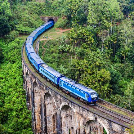 Trein op een brug in Sri Lanka