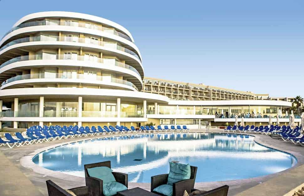 Zwembad van Ramla Bay Resort