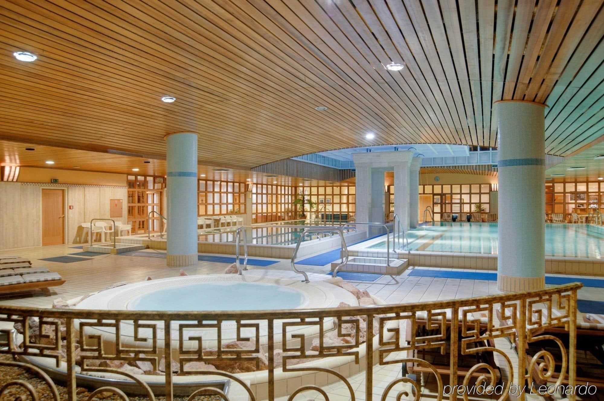 Zwembaden in The Aquincum Hotel in Boedapest, Hongarije