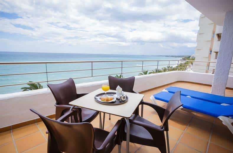 Balkon van appartement in Puerto Azul, Marbella, Spanje