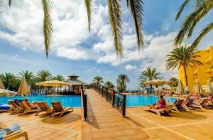 Brug over het zwembad van Costa Calma Beach Resort in Costa Calma, Fuerteventura