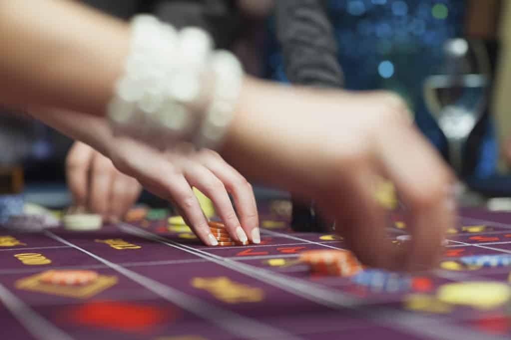 Mensen spelen in het casino