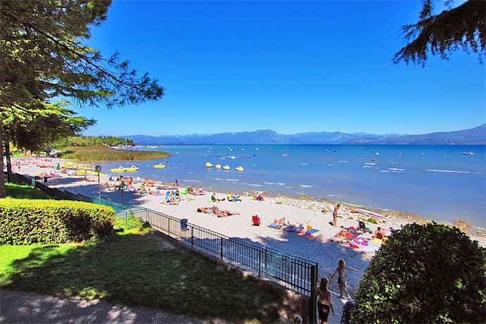 Strand van Camping Bella Italia aan het Gardameer in Peschiera del Garda, Italië