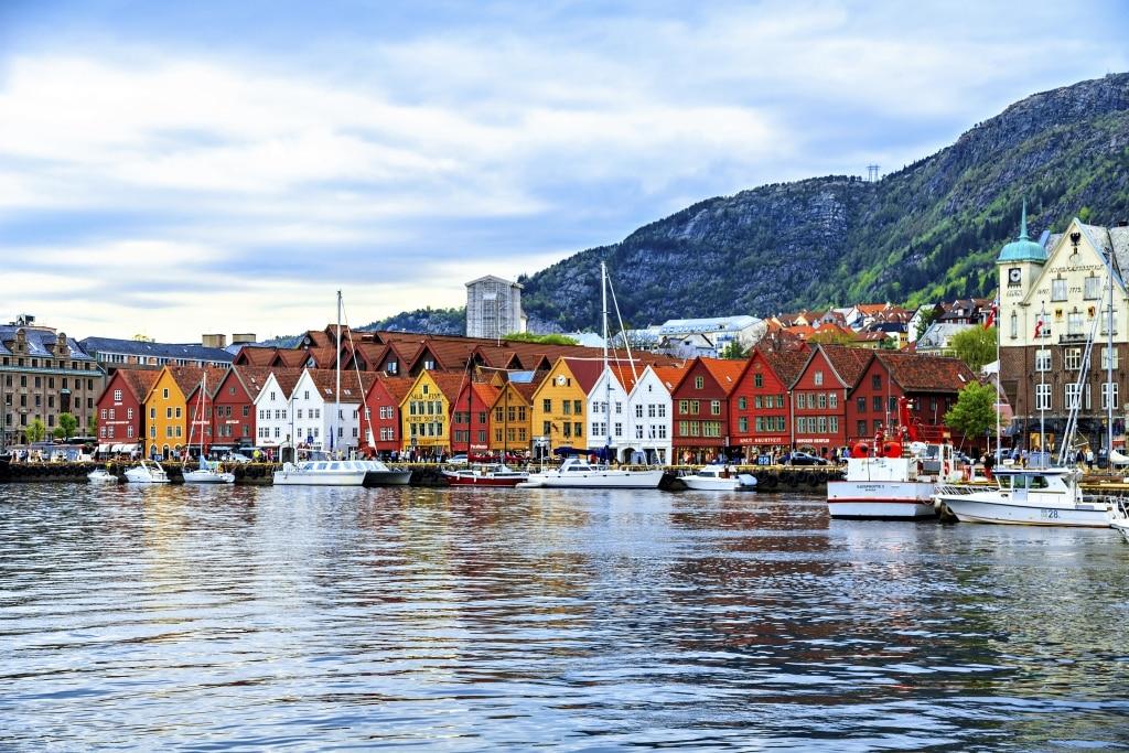 Gekleurde huisjes aan het water in Bergen, Noorwegen
