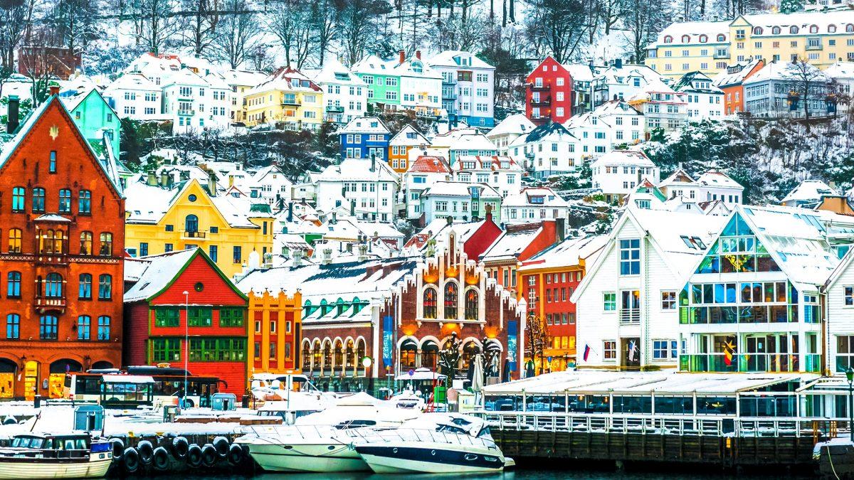 Huisjes in de sneeuw in Bergen, Noorwegen